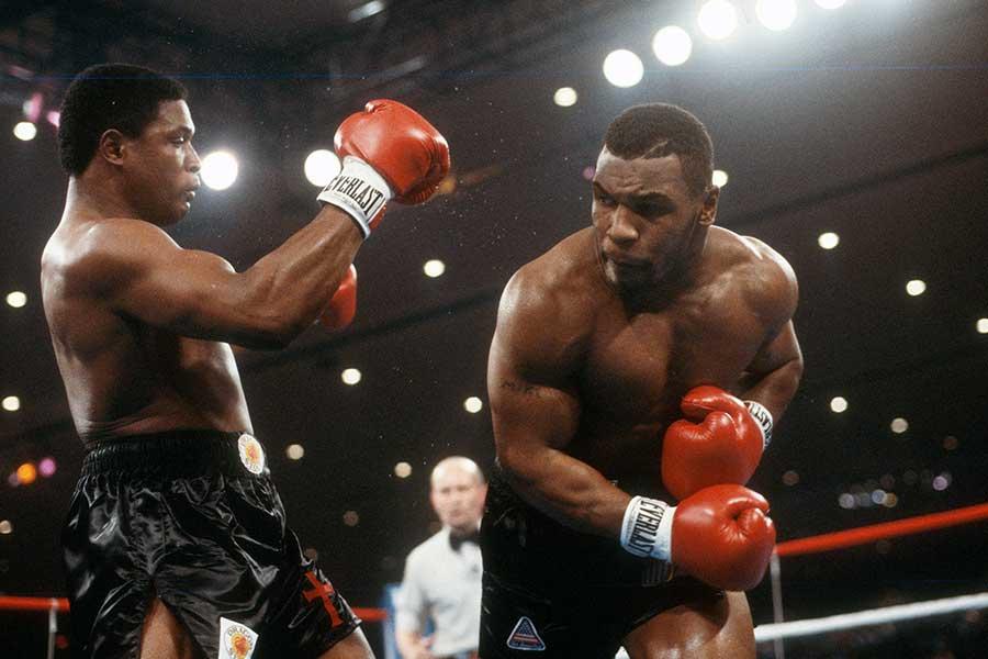 マイク・タイソン氏(右)はトレバー・バービック氏(左)にKO勝利し、ヘビー級王者に【写真:Getty Images】