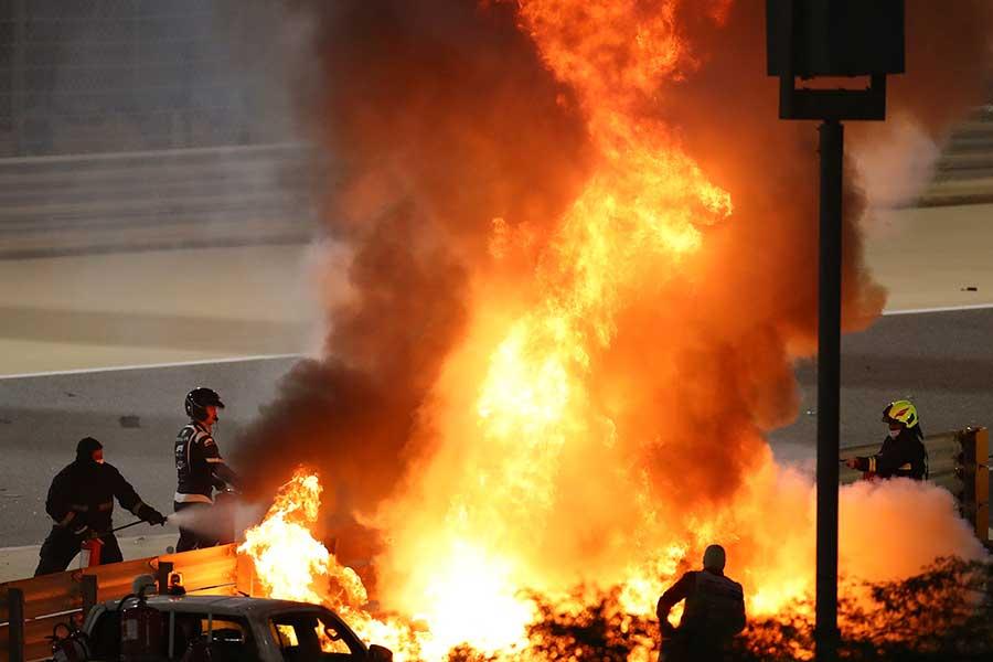 火の手が上がるマシンからロマン・グロージャンが奇跡の脱出に成功した【写真:AP】