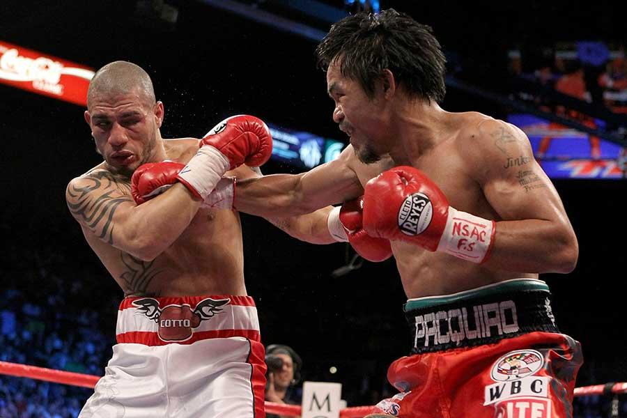 2009年11月、マニー・パッキャオ(右)はミゲール・コットにTKO勝ちした【写真:Getty Images】
