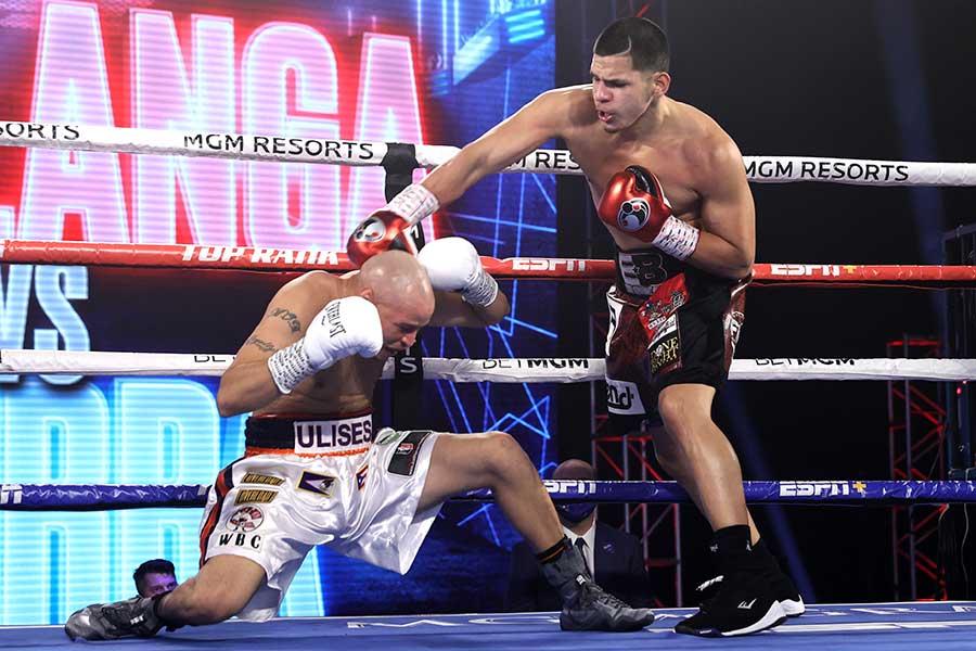 16戦連続1回KO勝ちを収めたエドガー・ベルランガ(右)【写真:Getty Images】