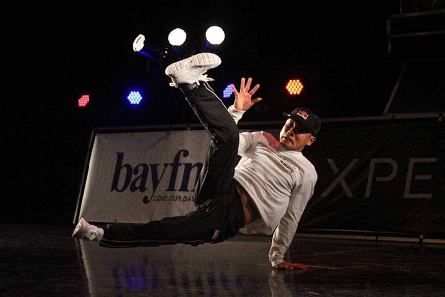 デモンストレーションで踊りを披露した半井重幸【写真:宮内宏哉】