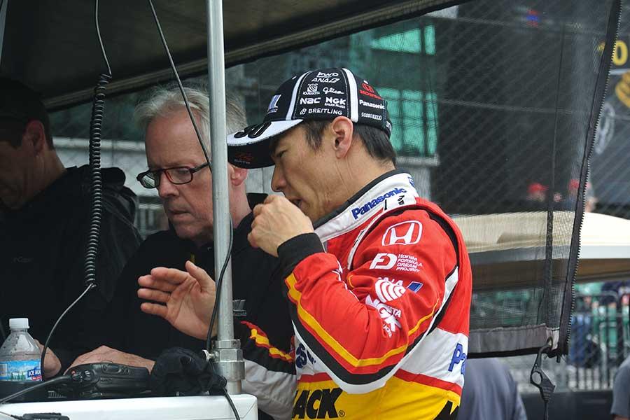 2019年のレースで佐藤琢磨と話し合うエディー・ジョーンズ氏(左)【写真:岡田弘太郎】