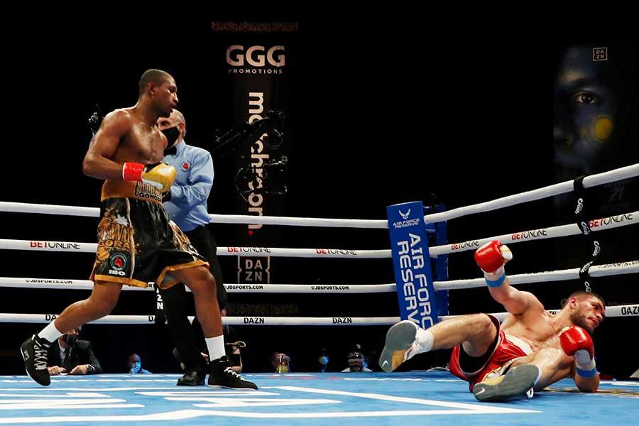 カルロス・ゴンゴラ(左)がアリ・アフメドフに12回KO勝ちした【写真:Getty Images】
