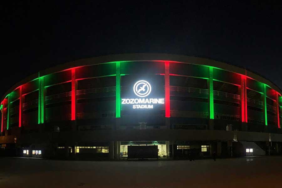 クリスマスカラーにライトアップされたロッテの本拠地ZOZOマリン【写真:球団提供】