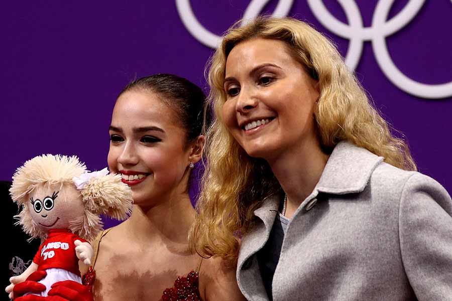 平昌五輪ではザギトワ(左)を金メダルに導いたエテリ・トゥトベリーゼ氏【写真:Getty Images】