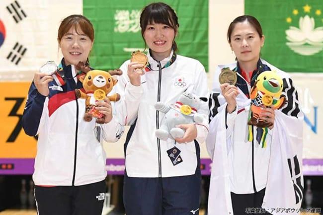2018年のアジア競技大会のマスターズ戦女子で、日本人初となる優勝を飾る快挙を成し遂げた石本美来(中央)【写真:アジアボウリング連盟】