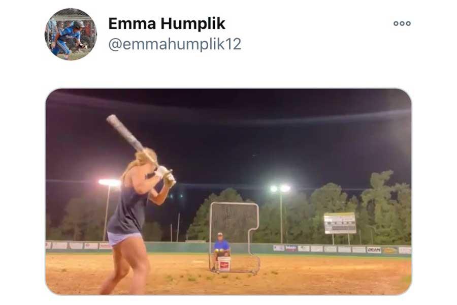 フルスイングで柵越え連発の女子高生、エマ・ハンプリックさん(画像はスクリーンショット)