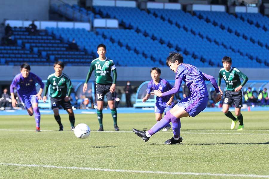 県予選から6戦連続となる、先制ゴールをPKで決めた富山第一の吉倉昇空【写真:河合拓】
