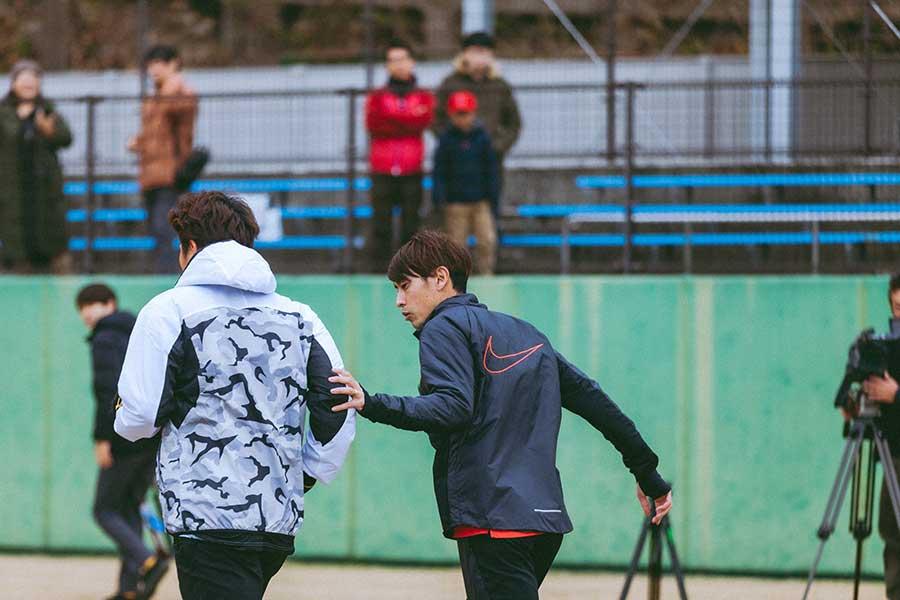 多くのトップ選手を指導する秋本さん(右)、スプリントコーチとして罰走に感じるリスクとは【写真:@moto_graphys】
