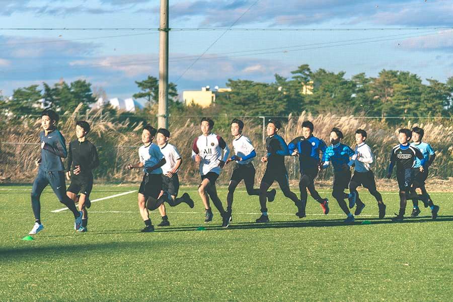 選手の走り込みで一緒に走り、先頭で引っ張ってタイムを取る秋本真吾さん(左)【写真:@moto_graphys】