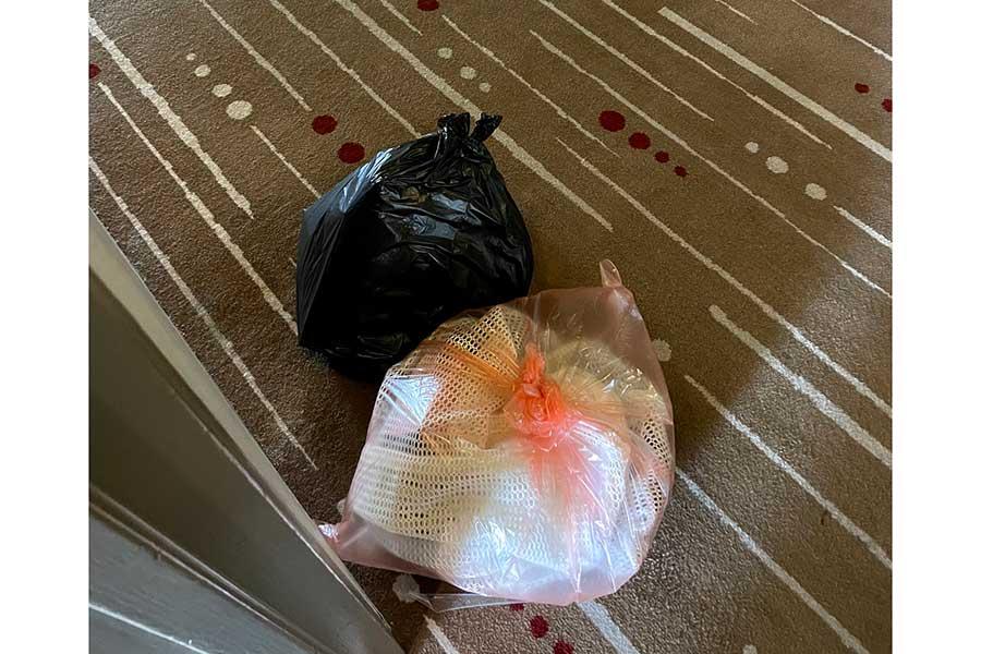 清掃員は入室しないためにゴミは自分でドアの前に出す。感染対策でゴミ袋は二重の徹底ぶり【写真:松井俊英提供】