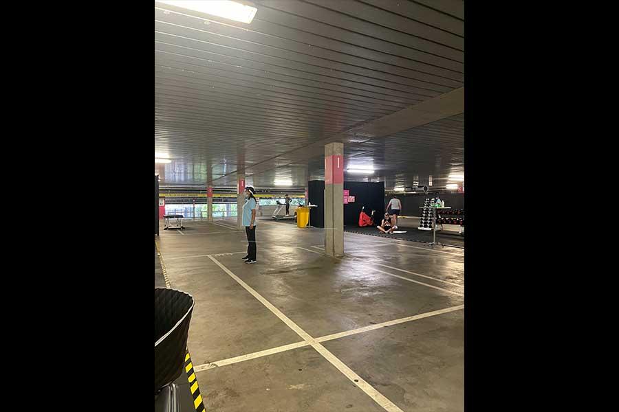 駐車場のスペースにに機材を置いたジムが仮設されている【写真:松井俊英提供】