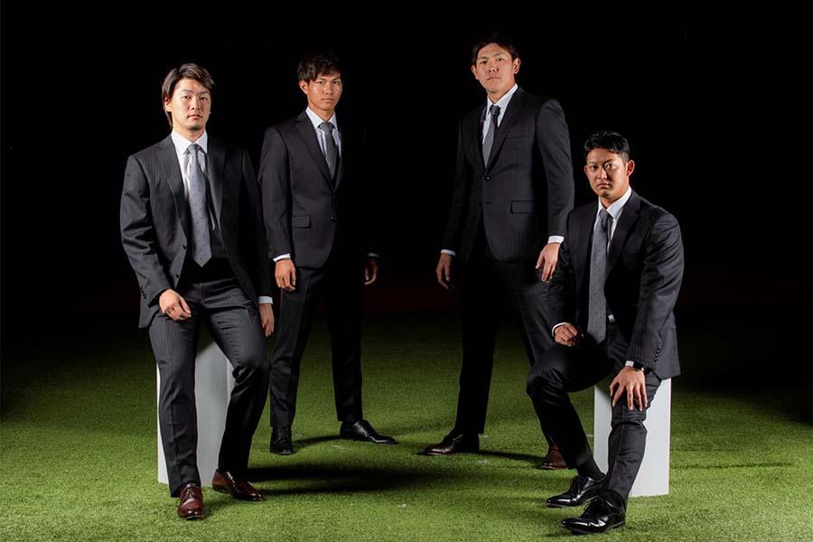「オーダースーツSADA」のスーツをまとったロッテ4選手。左から二木、藤原、安田、佐藤【写真:球団提供】