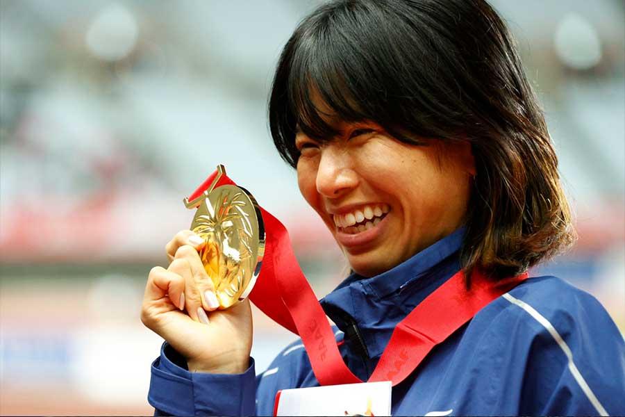 12月の日本選手権1万メートルで日本記録を更新し、笑顔を見せる新谷仁美【写真:奥井隆史】