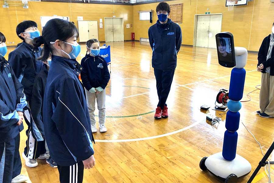 普及型コミュニケーションアバター「newme(ニューミー)」を遠隔操作して指導が行われた【写真:東日本大震災復興支援財団】