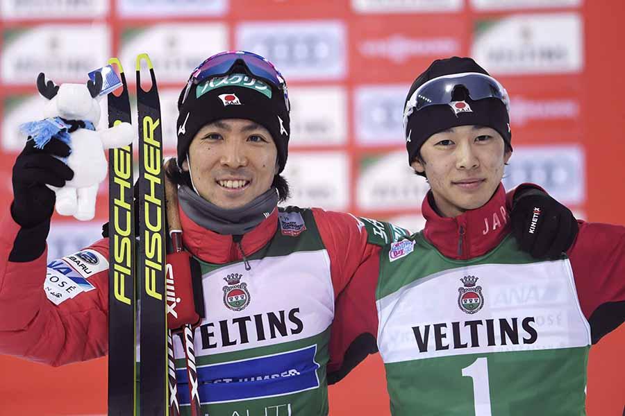 個人第8戦で3位に入り、優勝した渡部暁斗(左)と記念撮影に応じる山本涼太【写真:AP】