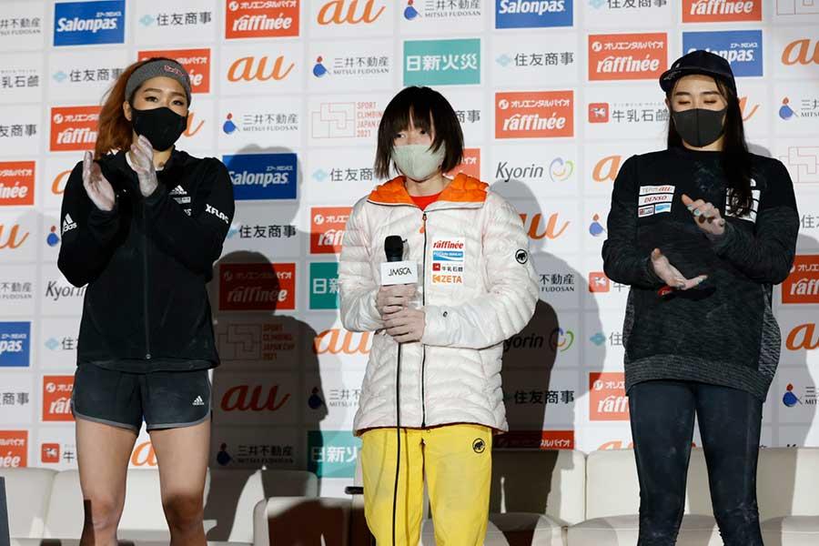 17歳の森秋彩(中央)が初優勝を飾った