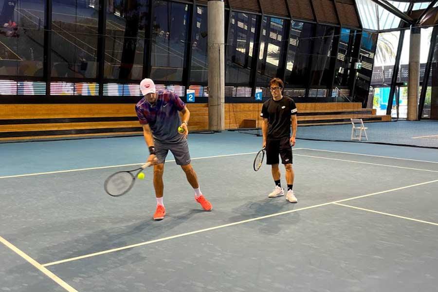 ギリシャ代表練習を視察したミルヌイコーチに、指導を受ける松井俊英(右)【写真提供:松井俊英】