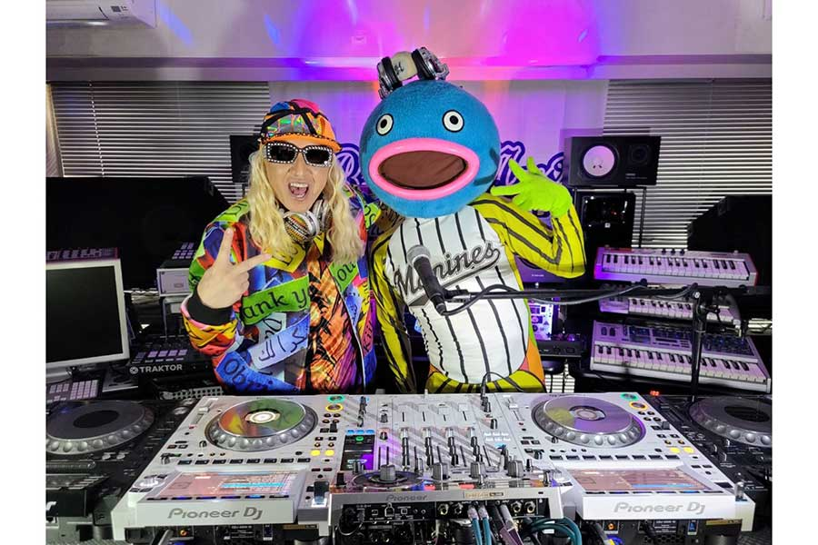 DJ KOO(左)に挨拶したロッテ・謎の魚【写真:球団提供】