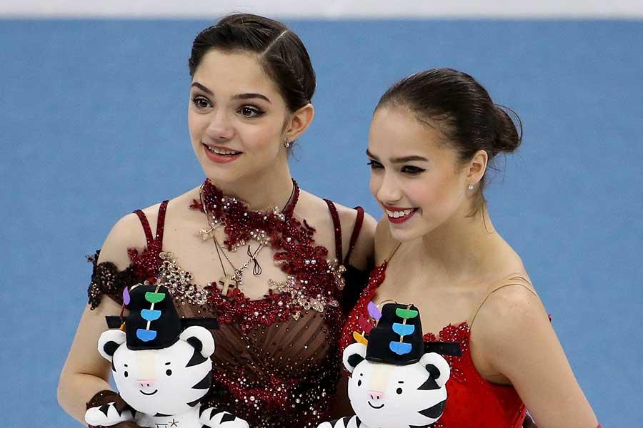 エフゲニア・メドベージェワ(左)とアリーナ・ザギトワ【写真:Getty Images】