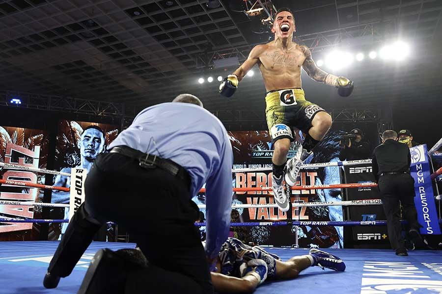 10回KO勝ちで2階級制覇を飾ったオスカル・バルデス【写真:Getty Images】