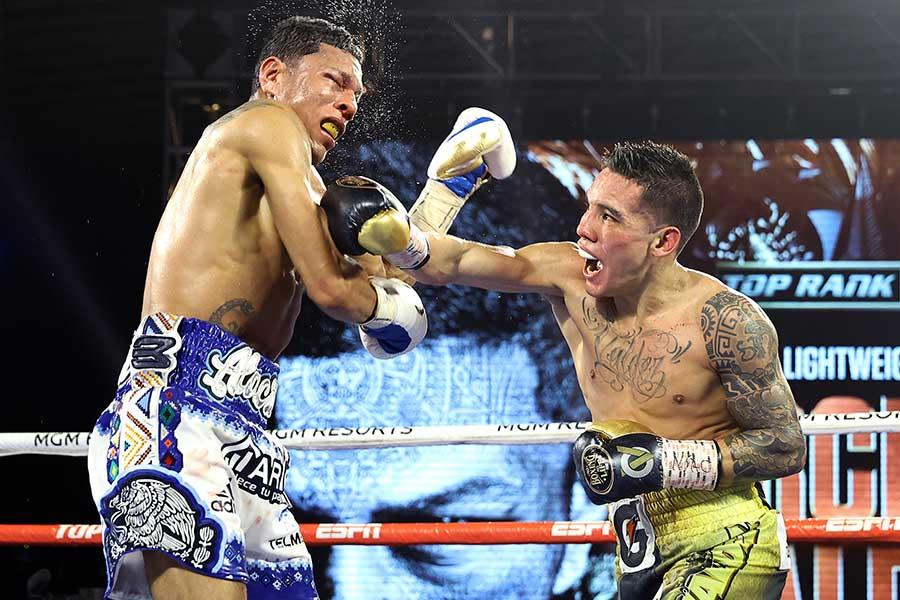 ミゲル・ベルチェルを破り、2階級制覇を飾ったオスカル・バルデス(右)【写真:Getty Images】