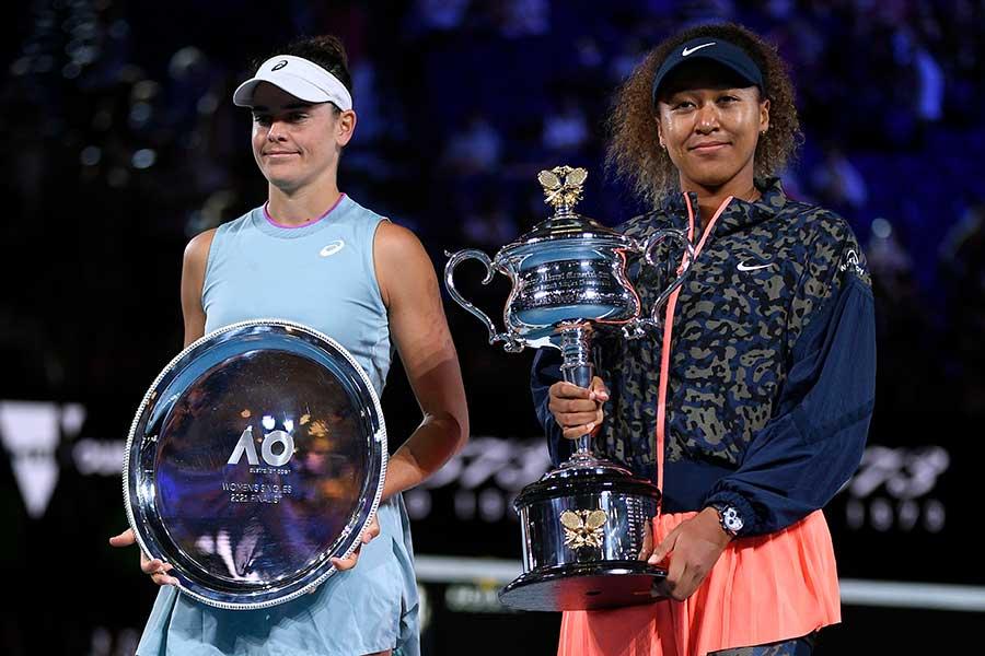 全豪オープンで優勝した大坂なおみ(右)と準優勝のジェニファー・ブレイディ【写真:AP】
