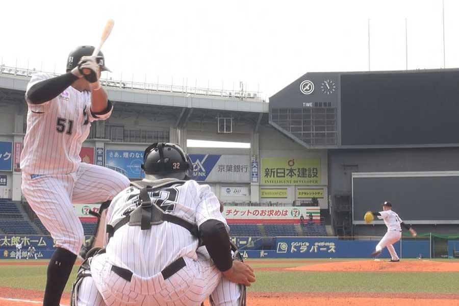 ロッテ佐々木の投球を捕手のほぼ真後ろから撮影している【写真:球団提供】