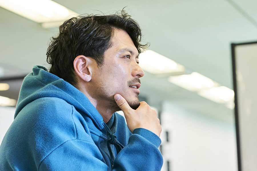 鈴木氏は、アプリ開発者と会った翌日に会社設立の手続きをした【写真:小野瀬健二】