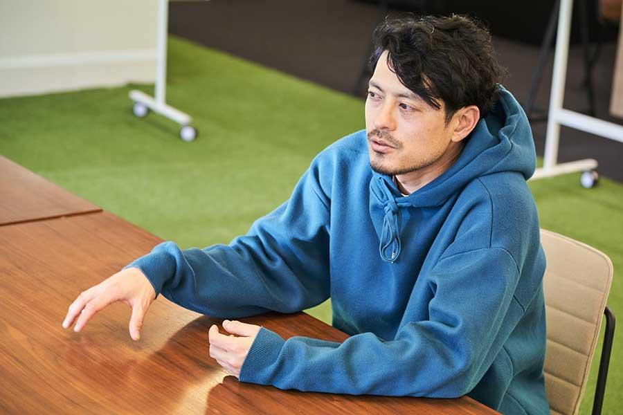 ビジネスに必要なことはサッカーに全て詰まっていたと語る鈴木氏【写真:小野瀬健二】