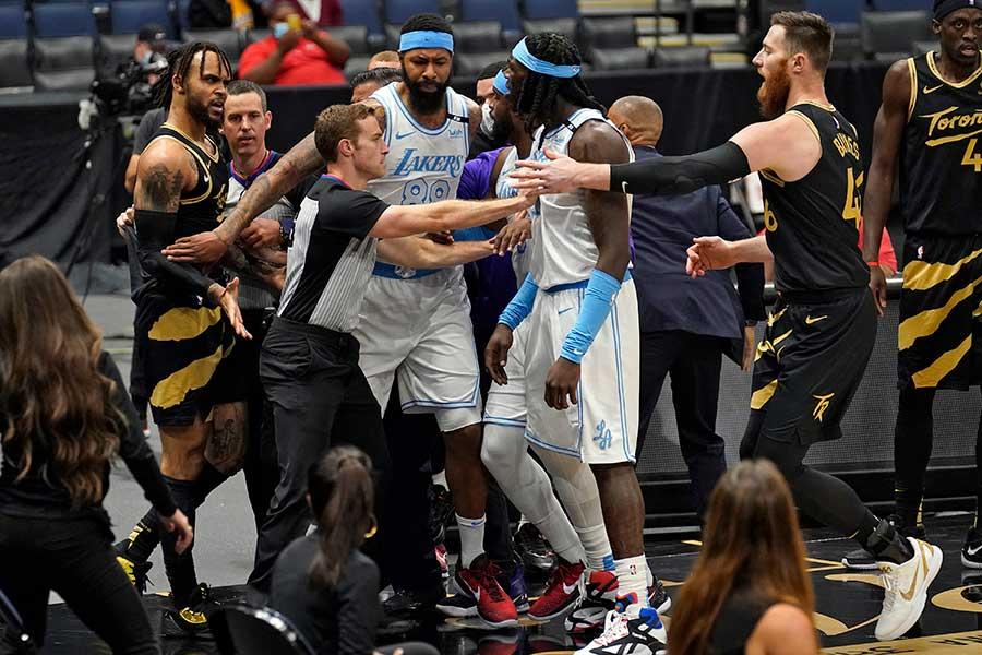 ラプターズのOG・アヌノビーとレイカーズのデニス・シュレーダーのプレーをきっかけに乱闘騒ぎが起きた【写真:AP】