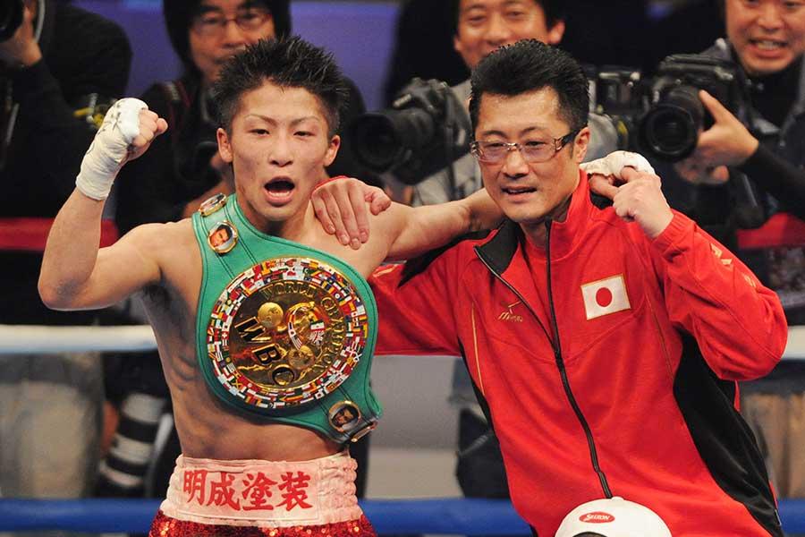2014年4月6日、プロ6戦目で世界王座を奪取した井上尚弥。右は井上真吾トレーナー【写真:Getty Images】