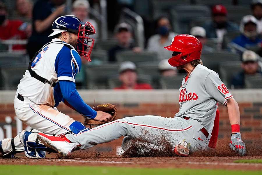本塁へ滑り込むフィリーズのアレク・ボフム(右)【写真:AP】