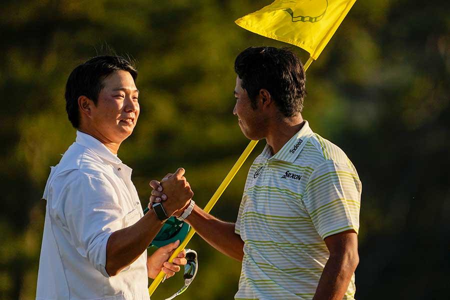 マスターズ優勝を果たした松山英樹(右)と握手するキャディーの早藤将太さん【写真:AP】