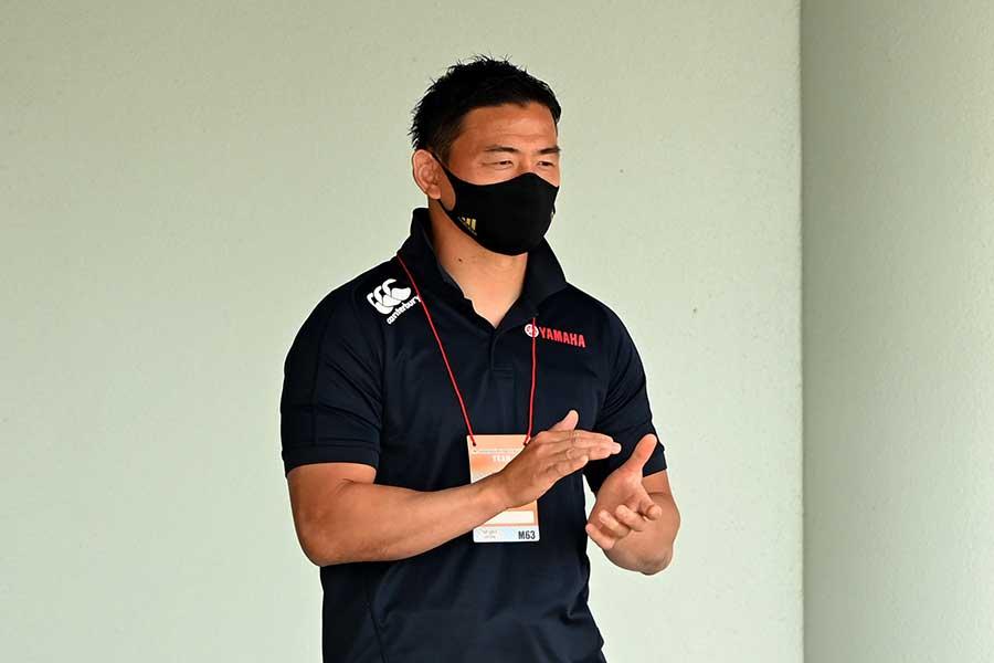 黒のポロシャツ姿でチームを見守った五郎丸歩【写真:Getty Images】