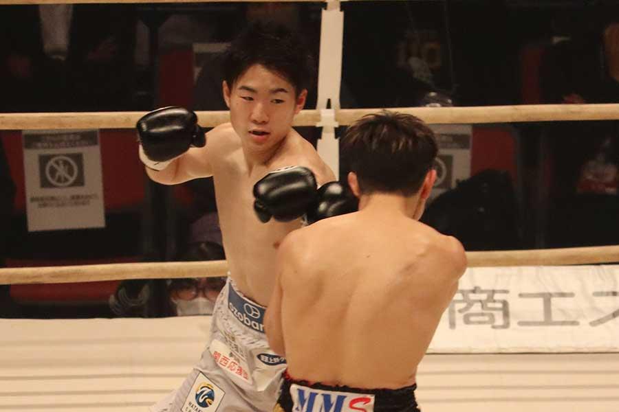 久田哲也(右)に勝利し、寺地拳四朗がV8に成功した【写真:浜田洋平】