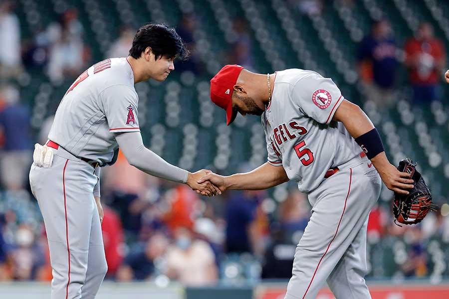 試合後に握手をするエンゼルスの大谷翔平(左)とアルバート・プホルス【写真:AP】