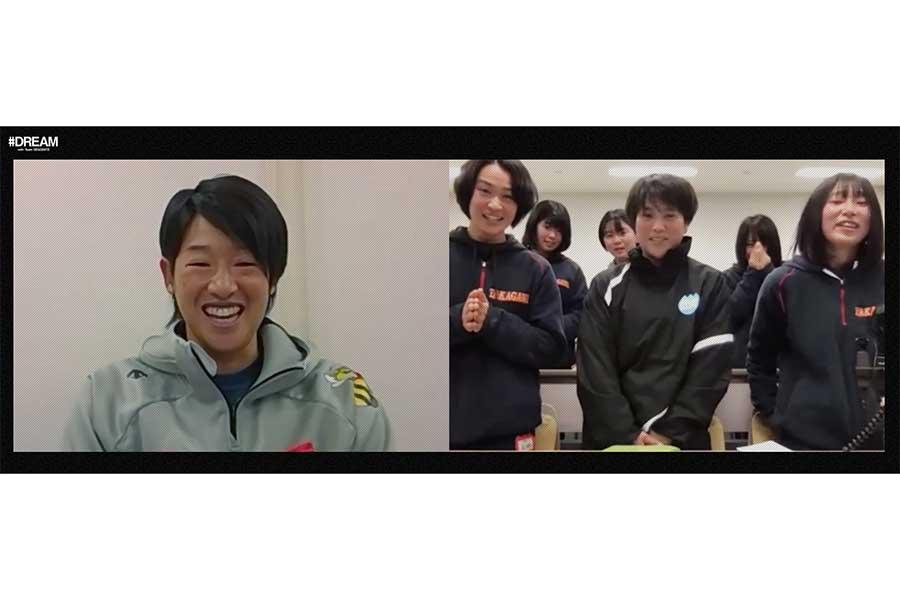 ソフトボール日本代表の上野由岐子選手と山口・高川学園高女子ソフトボール部の選手たち