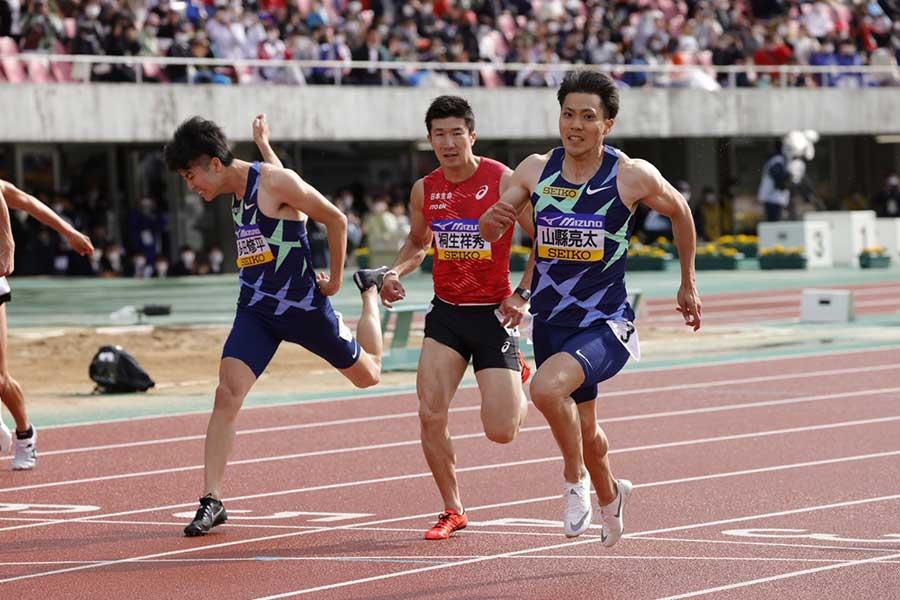 10秒14で優勝した山縣亮太(右)【写真:奥井隆史】