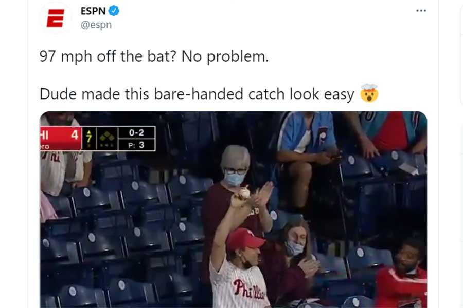 ファウルを素手でキャッチした男性に場内から喝采が上がった(写真は「ESPN」公式ツイッターのスクリーンショット)
