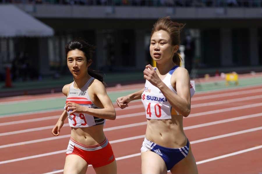 静岡国際女子800メートル、田中希実(左)とのデッドヒートを制し優勝した北村夢【写真:奥井隆史】