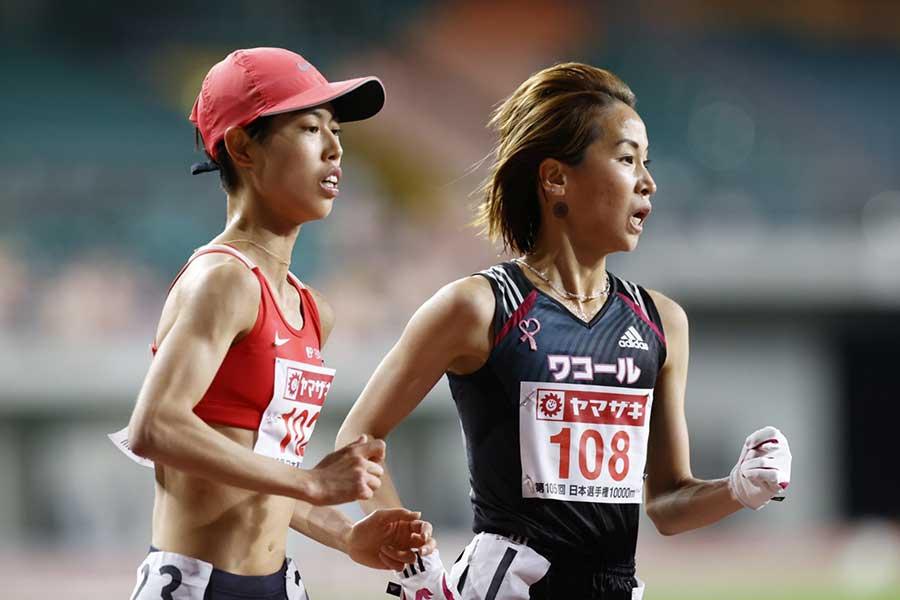初の五輪代表に内定した廣中璃梨佳(左)と安藤友香【写真:奥井隆史】