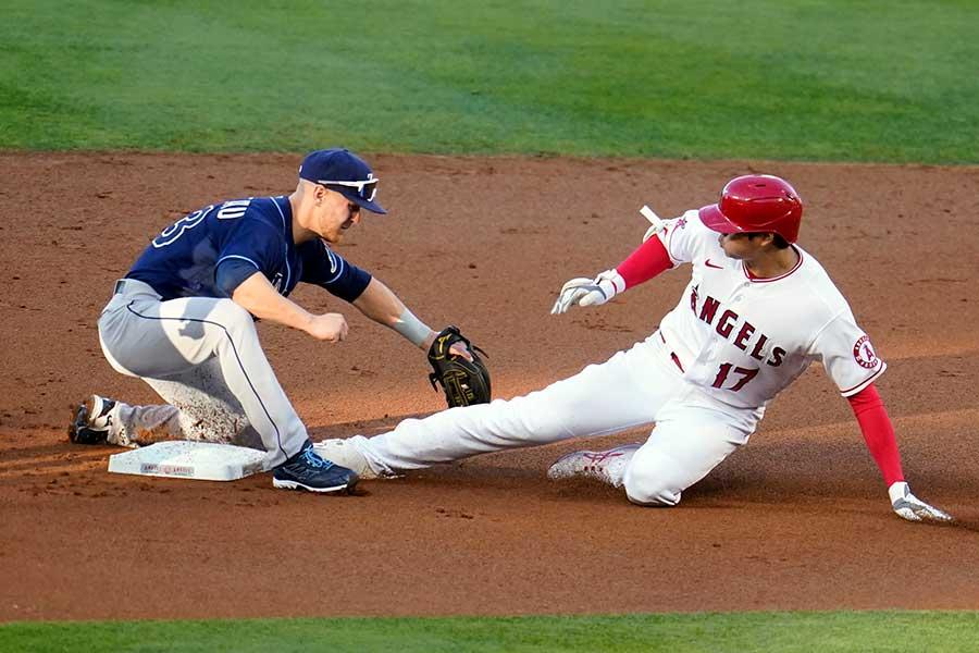 第1打席で三塁手を強襲する二塁打を放ったエンゼルスの大谷翔平【写真:AP】