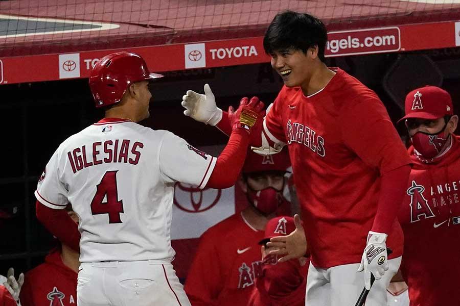 本塁打を放ったエンゼルスのホセ・イグレシアス(左)を出迎える大谷翔平【写真:AP】