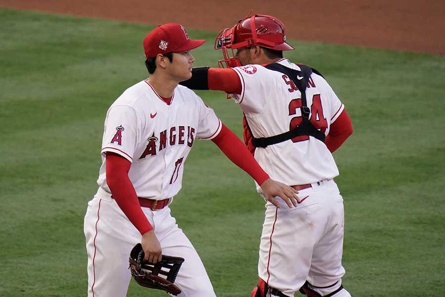 大谷翔平(左)とカート・スズキ【写真:AP】