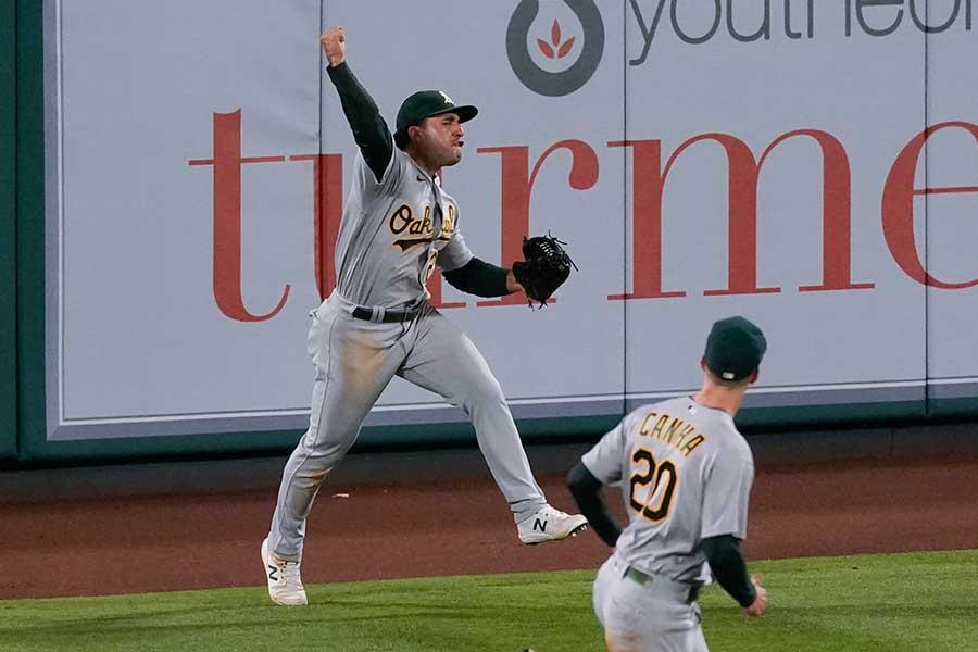 大飛球をキャッチしてガッツポーズするアスレチックスのラモン・ラウレアーノ【写真:AP】