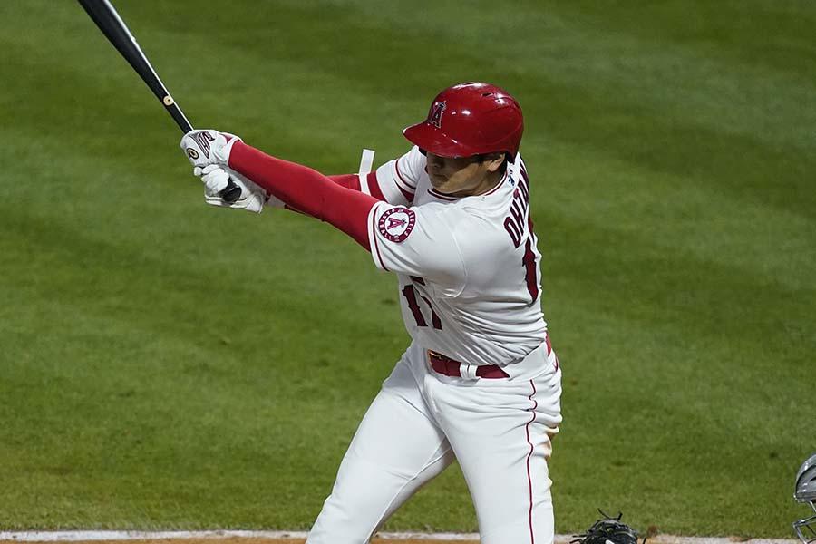 第4打席に中越え三塁打を放った大谷翔平【写真:AP】
