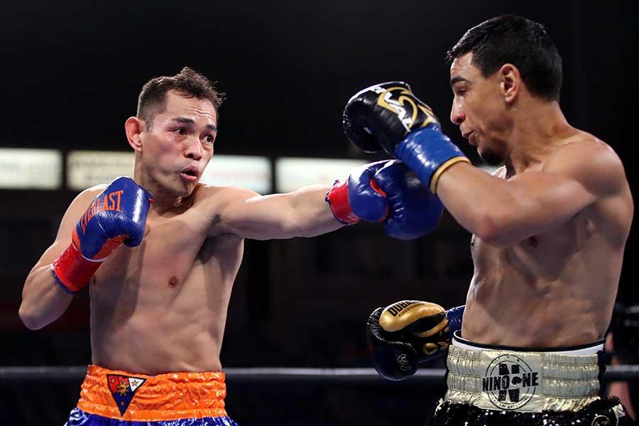 WBC世界バンタム級タイトルマッチ、ノニト・ドネア(左)はノルディ・ウーバーリに4回TKO勝ちした【写真:Getty Images】
