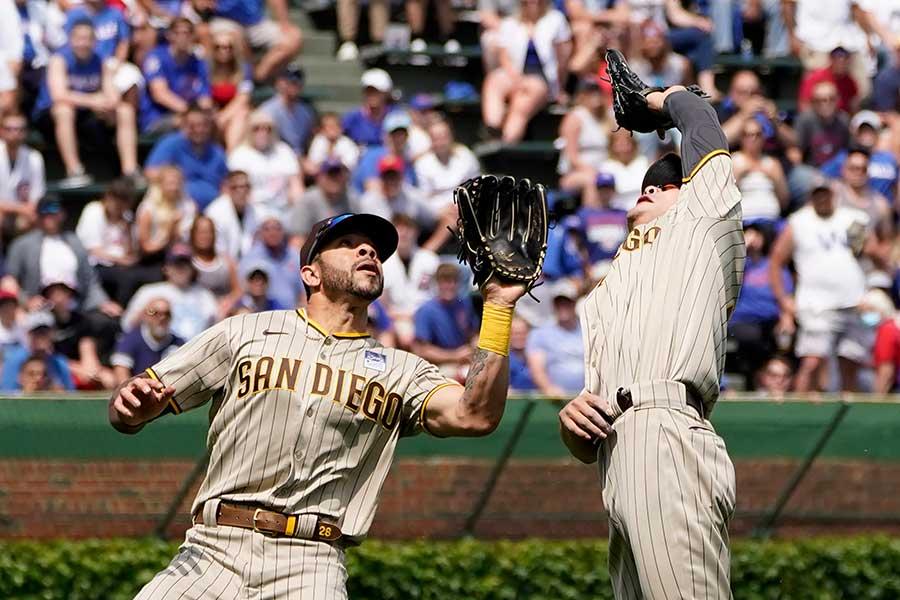 打球を追うパドレスのトミー・ファム(左)と金河成。この直後に…【写真:AP】