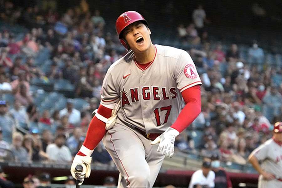 3回の第2打席で右膝付近に自打球を当て、苦悶の表情を浮かべるエンゼルスの大谷翔平【写真:AP】